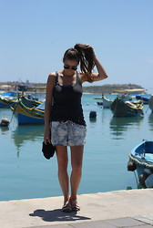 Kim S. - Vila Shorts, H&M Top, Topshop Bag, Ray Ban Sunglasses, Sacha Sandals - Marsaxlokk