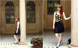 Sarah-M. - H&M Crop Top With Tweety Print, Vero Moda Pleats Skirt, Nike Air Max - Tweety Crop