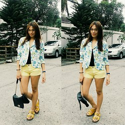 Aice Villareal - Ray Ban Specs, Nine West Floral Blazer, Guess? Yello Shorts, Birkenstock Jesus Sandals - Sunday afternoon