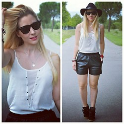 Le blog de Jessica - H&M Hat, Sheinside Faux Leather Shorts, Pimkie Top, Serafini Sneakers, Ray Ban Wayfarer, Hermës Kelly Dog - Le blog de Jessica - La blonde au chapeau