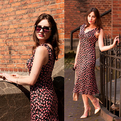 Anna Puzova - Alain Manoukian Dress With Lips Print, New Look Cross Body Bag, Zara Court Shoes - A Thousand Kisses
