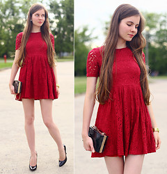 Ariadna M. - Tomptop Lace Burgundy Dress, Choies Black Plastic Bag With Chain, Frontrowshop Black Pumps, Gold Watch - Burgundy & black