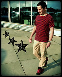 Oliver Rosenthal - Dockers Sneakers, H&M Chino, Rosenthal Fine Sewing Tshirt Dhur Red/Dark Navy - Just walking around