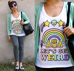 Karen Cardiel - Let´S Get Weird Tshirt, Vintage Leather Backpack, Mitu Calzado Hologram Creepers - LET´S GET WEIRD