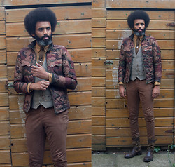 Dualleh Abdulrahman - Cameo The Label Jacket, No Brand Vintgae Vertical Stripes Waistcoat, No Brand Green Tie, Alveare Strap Boots Suede With Leather, Vintage Store Banjo Tie Clip - Autumn ready