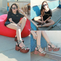 Sahar Lazari - Komono, Zara Tsirt, H&M Shorts, Forever 21 Platforms - All Black Gold