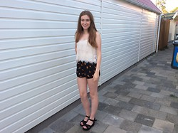 Britt - Brandy Melville Usa Short, Forever 21 Top, Primark Shoes - Pineapple Surprise