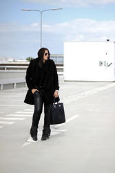 Michelle E.               Fashionblogger - H&M Fringe Boots, Zara Long Coat - Outfit/ Black Friday.