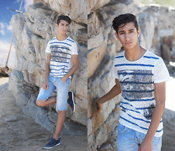 Saad Mouhannad - Frontrowshop T Shirt, Pull & Bear Jeans Denim Short, Zara Bleu Shoes - CECILIA