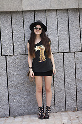 Clara Martín - Oasap Sombrero, Giant Vintage Sunglasses, 6ks Tee, Urban Outfitters Sandals - Stussy