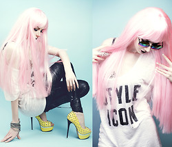 Lady Juliet - Victoria's Secret Pink Style Icon Tshirt, Asos Leggings, Carvella Kurt Geiger Eris - Bait and Switch
