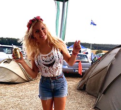 Charlotte G - Lookbookstore Top, Levi's® High Waist Shorts, H&M Flowers - Festival Look