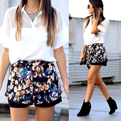 Macarena Ferreira - Umgee Shorts, Forever 21 Top, Missguided Booties, Ray Ban Sunglasses - Floral & Fringe.
