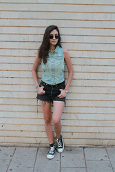 Sahar Lazari - Vintage Sunglasses, H&M Denim Vest, Levi's® 501 Shorts, Converse All Star - JUST ANOTHER 90'S TEENAGER