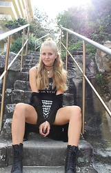 Hanna Renevi - Scorett Boots, H&M Shorts - Someone got knocked out and in came the boys in blue