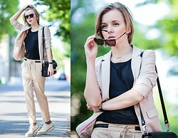 Darya Kamalova -  - 1000 CHITARRE IN PIAZZA OR HOW TO WEAR A BEIGE SUIT‏