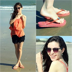Karine Clessia - Oasap Short De Renda, Caillet Shoes Chinelo Fofo, Loja Nós Na Gravata Sunglasses - On the beach