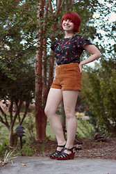 Jamie Rose - Boohoo Fox Print Top, Forever 21 High Waisted Corduroy Shorts, Korks Black Fisherman Sandal Platform Heels, Forever 21 Colorful Beaded Necklace - Fox Print and Corduroy
