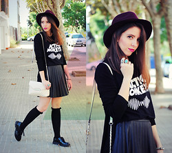 Ana Mª Aranda - Pimkie Hat, Calzedonia Tights, Pull & Bear Shoes - But she's a modern lover...