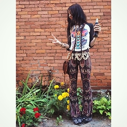 Katya Hilton - Vintage Baseball Band Graphic, Forlove&Leather Tribal Necklace, Vintage Coin Belt, Novella Royale Dark Dial Janis Bells, Point Tip Ankle Boots, Handmade Leather Gypsy Bag - Peach Festing Proper