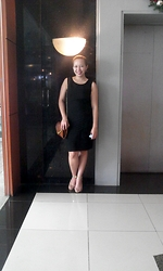 Ytalia Baguio - Calvin Klein Bandage Dress, Parisian Elegance Heels, Primadona Two Toned Shoulder Purse - Elegance in simplicity