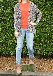 HMLovur - H&M Leopard Cardigan, H&M Red Sweater, H&M Light Tregging, Van Haren Ankle Boots With Fringe - It's an animal city