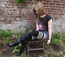 Baby Sandy - I'm The Queen Ti Shirt, D.I.Y. Mini Shorts ( Hot Pants ), American Apparel Thigh High Socks, La Redoute Knee High Boots - Knee high boots and thigh high socks