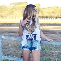 Fernanda Vasil - American Eagle Outfitters Shirt, Forever 21 Short - Love your selfie