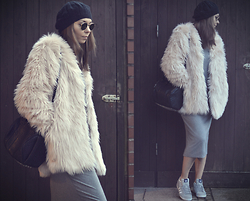 Anni Benton - Alexander Wang Rockie, H&M Fake Fur Jacket, Ray Ban Glasses, Adidas Sneaker - Winter in Hamburg