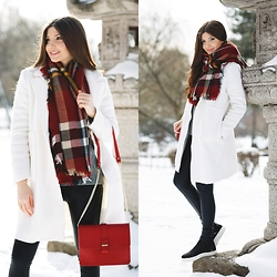 Larisa Costea - Romwe Coat, Sheinside Scarf, Jessica Buurman Boots - White coat in the snow