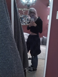Tessa Pia - H&M Momjeans, H&M Hemd, Vintage Crop Top, Primark Fake Vans - Crop over the top