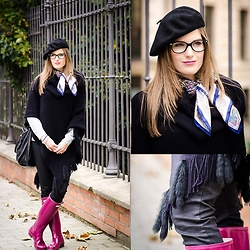 Klára Nekulová - Cape, Levi's® Jeans, Hunter Wellingtons, Tonak Beret, Versace Glasses, Pietro Filipi Scarf, Fringes - FRENCH STYLE
