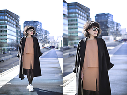Leeloo P - Wolford Top, Wolford Skirt, Coat Vintage, Stan Smith - Camel Outfit