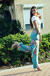 Yarden Levin - Forever 21 White Top, Forever 21 Flowers Pants, Aldo Nude Shoes - Give me flowers