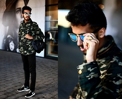 Ali Sabih - Frontrowshop Coat, Zara Nike, Nike Sneakers, Giant Vintage Sunglass, Ring - Le couloir !