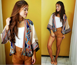 Bárbara Kohls - Elite 99 Ethnic And Vintage Kimono, United Colors Of Benetton High Waisted Shorts, Oasap Lace Slip Ons - Ethnic vibes
