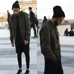 Alvaro Del pozo - Pull & Bear Bomber Military, Zara T Shirt Extra Largue, Nike Shoes Rose Run - Eiffel