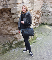 Laurence & Caroline Henuzet - Pimkie Grey And Black Scarf, Camaieu Leather Vest, Pull & Bear Black Bag, H&M Black Sneakers - Total Black Look with Caro