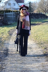 WMBG . - Balenciaga Bag, Prada Sunglasses, H&M Scarf, S.Oliver Pants - Vineyards