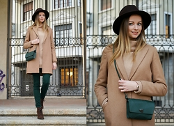 Olya Suvorova - Vintage Brown Fedora Hat, Mango Camel Coat, Zara Beige Pullover, Zara Green Skinny Jeans, Mango Brown Suede Boots, & Other Stories Green Leather Bag - Camel coat and emerald bag