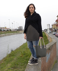 Angelica Giannini - Matilda Cardigan, Pimkie Jeans, Obag Bag, Guess? Sneakers - Acrobata lungo il canale