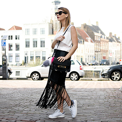 Iris . - Supertrash Skirt, Adidas Sneakers, Proenza Schouler Bag, Céline Sunglasses - THE LEATHER FRINGE SKIRT