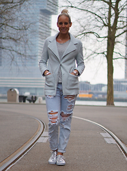 Chris - One Teaspoon Ripped Jeans, Sacha Sneakers, Costes Vest, Costes Printed Shirt - Ripped jeans and my metallic jeans