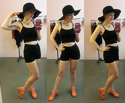 Suzi West - Forever 21 Wide Brim Hat, Forever 21 Crop Tank Top, Bdg High Waist Shorts, Juju Footwear Jelly Sandals - 14 March 2015