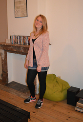 Laurence & Caroline Henuzet - Zara Colorful Cardigan, Stradivarius Jeans Short, Nike Fluo Sneakers, Primark Necklace Gold - Sneakers Style