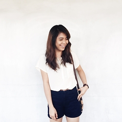 Hannako Ngohayon - Ralph Lauren Navy Blue Hw Shorts, Madewell White Top - The summer look