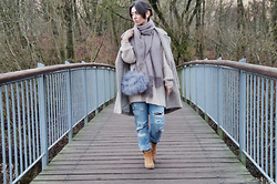 Kostantina Kaptebileva - River Island Fluffy Bag, Zara Destroyed Jeans, Gina Tricot Wool Scarf - On the bridge