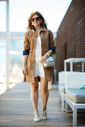 A TRENDY LIFE - Stradivarius Trench, Promod Vestido, Ice Watch Reloj, Tous Bolso, Tous Joyas, Pompeii Brand Zapatillas - White Dress