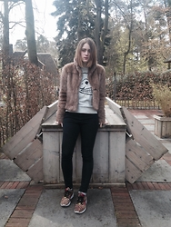 Lolo Buijs - Abercrombie And Fitch Faux Fur Jacket, Cheap Monday Logo Sweater, Adidas Color Block Sneakers - Cold spring vibes