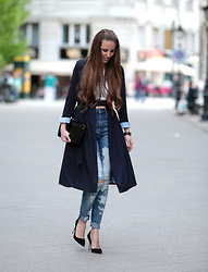 Festy In Style -  - Elegant trench coat with ripped jeans